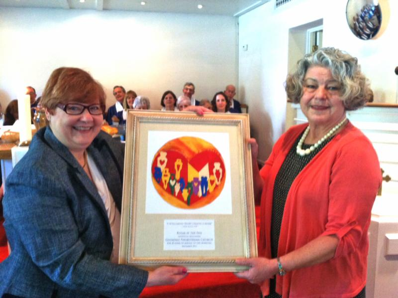 From left, Room at the Inn Board Chair Geralyn Frandsen presents a plaque on May 4th, 2014, recognizing Glendale Presbyterian Church for their 20 years of partnership with RATI. Receiving the plaque is Glendale Presbyterian Church's night site coordinator Terry Ulmer.