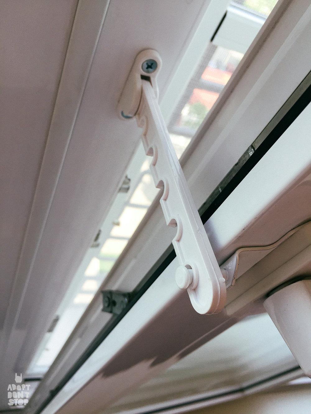 Фиксаторы на проветривание. Окно открываеться не вертикально, а горизонтально