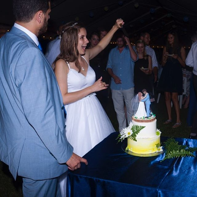 Congrats to my sister and new brother-in-law! I failed at getting a super romantic shot because I was busy enjoying the awesome celebration, so here's an action shot from the cake cutting 👰🏽🤵🏽🔪