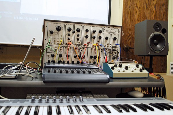 800px-ElectroComp_EML-200_etc_Equipment_for_Electronic_Music_Class-e1461045054219.jpg