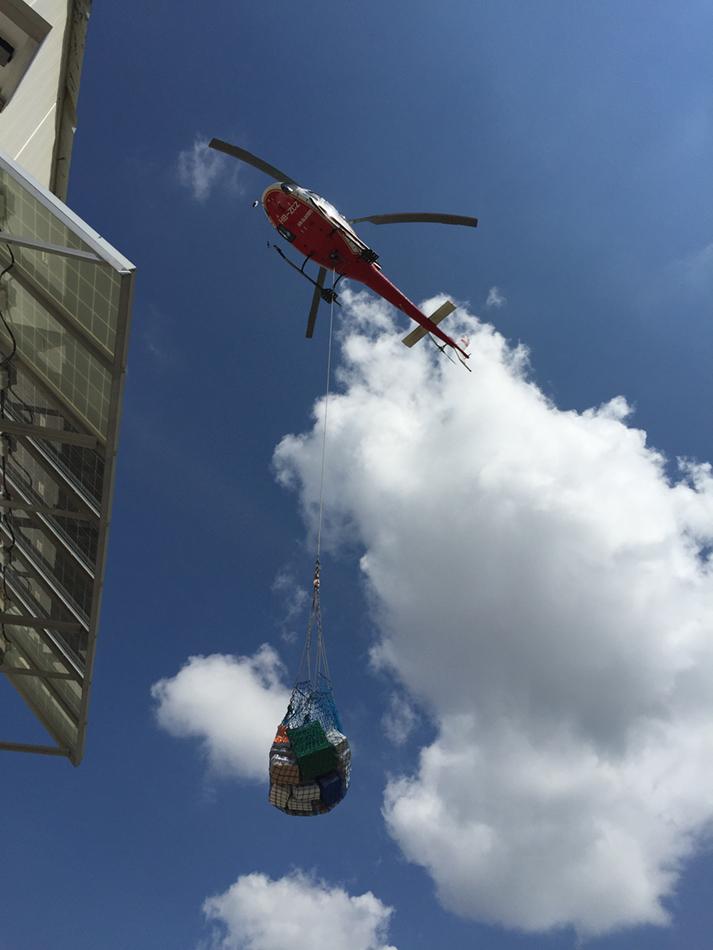 Hubschrauber - Anlieferung von Proviant und Brennstoff.JPG