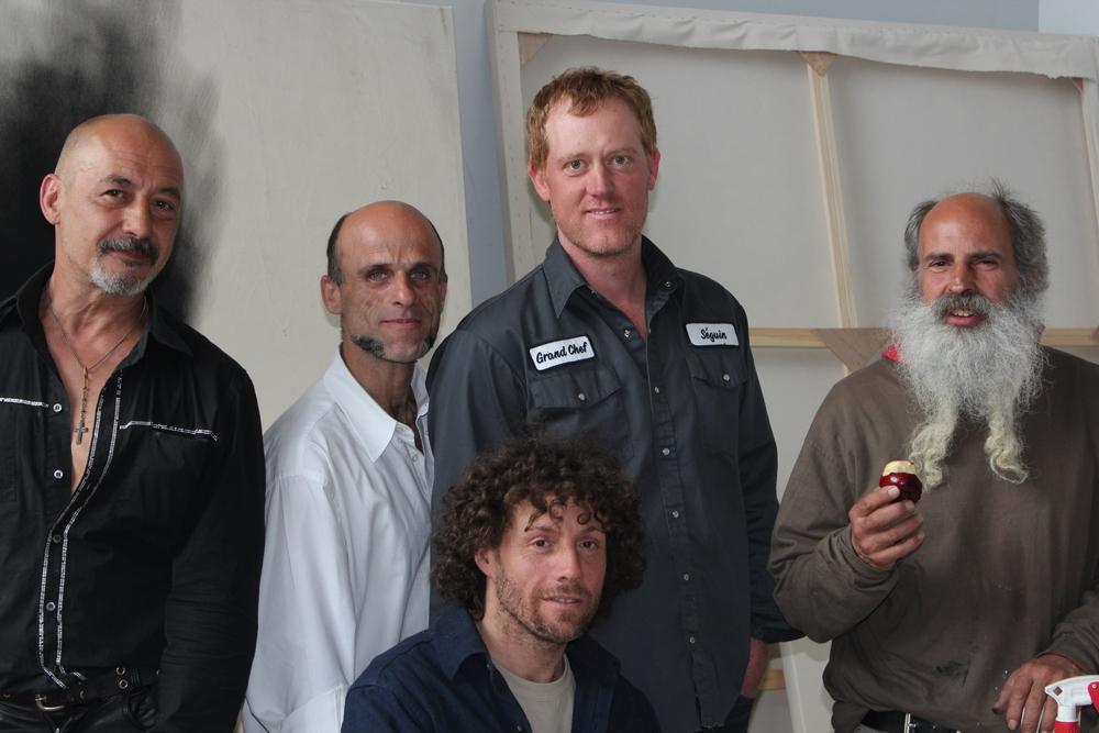 Marc Séguin, artiste et parrain de l'atelier d'art, entouré d'artistes de Bonneau