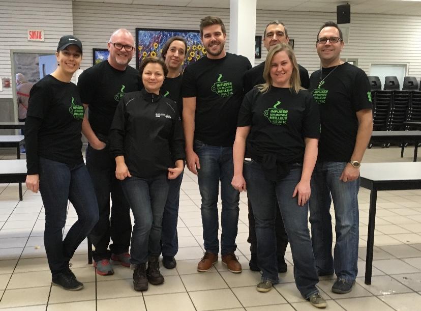 Les employés de Keurig fiers après une journée de bénévolat à la salle à manger de l'Accueil Bonneau.