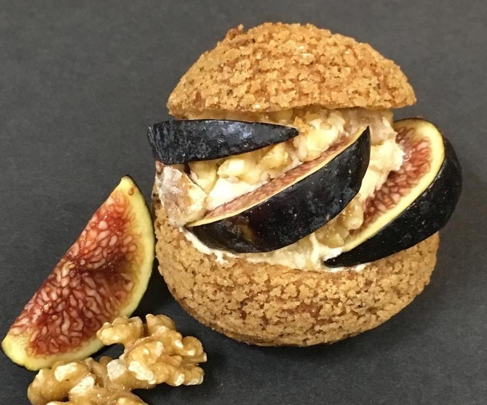 FOUS DESSERTS | Chou garni d'une crème mousseline aux noix de Grenoble avec une compotée à la figue et au miel.