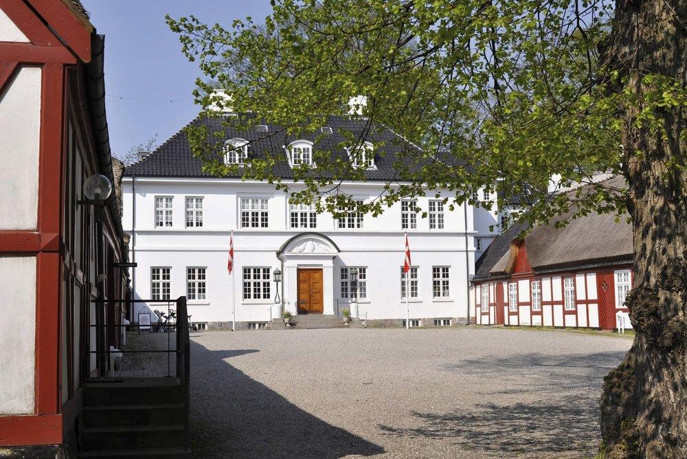 Hestkøbgaard - En halv time nord for København ligger vores anden oase, Restaurant Hestkøbgaard, der har hjemme i en gammel bondegård fra 1300-tallet, som nu lægger hus til Furesø Golfklub. Man behøver dog ikke være medlem af golfklubben for at besøge vores dejlige restaurant.