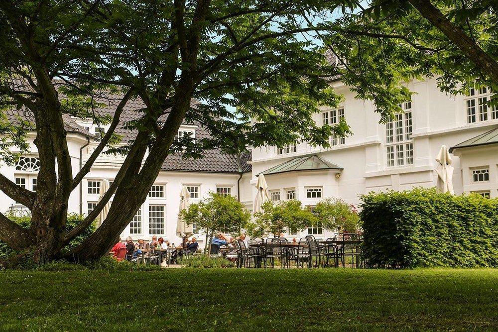 Romantisk landidyl - Hestkøbgaard er ren Morten Korch, hvilket afspejler sig i både indretning og anretning, der på én gang er både elegant og rustik. Frokostkortet byder på smørrebrød og andre lækre frokostanretninger, og når vejret er til det, tænder vi op i grillen på vores dejlige terrasse om aftenen.