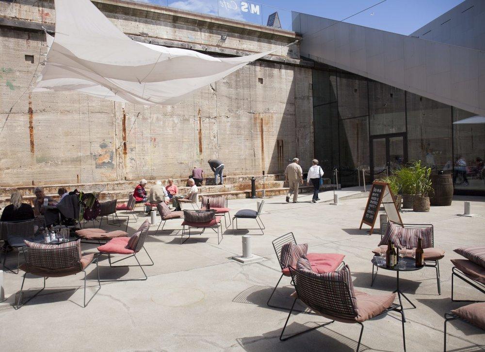 Tørdokken - Rå betonvægge omkranser den gamle tørdok, der om sommeren forvandles til underjordisk terrasse og byrum, og danner rammen om en helt unik urban oase.