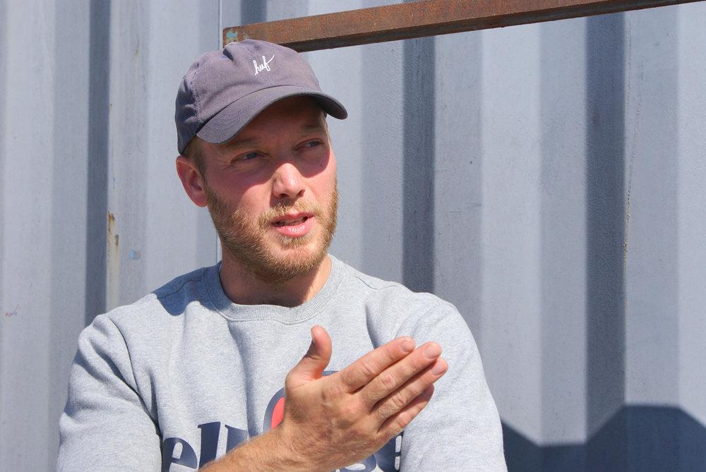 Clement Nielsen, partner i Mundwerk    Konceptudvikler og innovations-ansvarlig    clement@mundwerk.dk   Clement er kaptajn på moderskibet Mundwerk, hvor han med sin daglige gang i vores produktionskøkken og food lab i Nordhavnen sørger for at styre Mundwerk og vores forretninger i den rigtige retning bl.a. på madsiden. Clement er idémager og ofte ham, der løber nye projekter i gang. Han er uddannet kok fra Restaurant Premisse (nu AOC) v. Rasmus Grønbæk og har lavet alle tænkelige former for mad lige fra sandwiches i Pisserenden til nynordisk show-cooking i Japan.