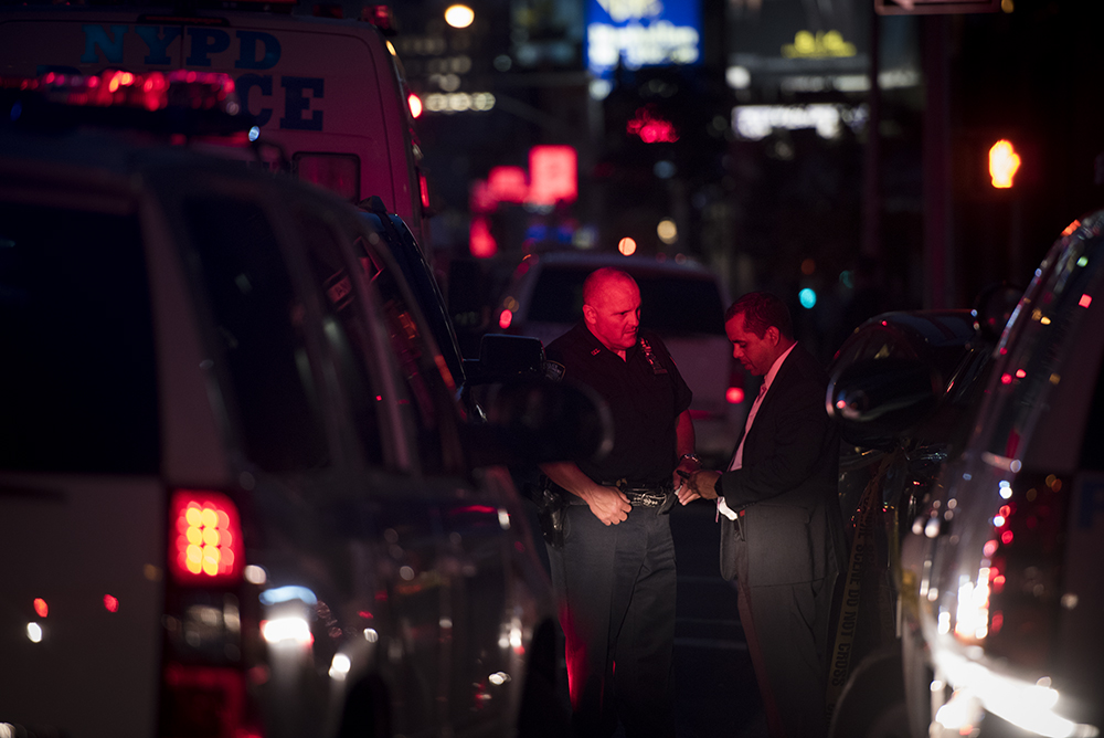 Officers at crime scene. A gunman shot himself to death after he fatally shot a Federal Building security guard in Manhattan. August 21, 2015   ©Go Nakamura     photography
