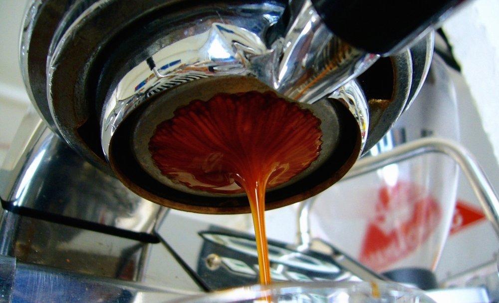 Um espresso bem tigrado... observe quantas estrias escuras mostra esta extração.