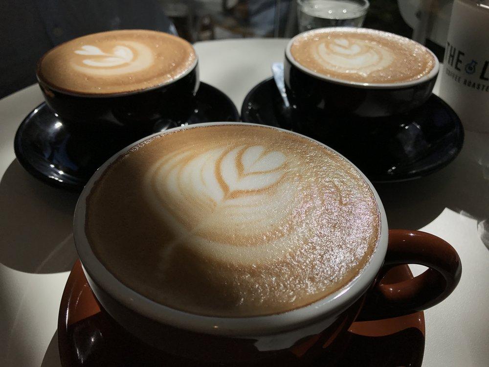 Há aqui um Cappuccino, um Lattè e um Flat White...