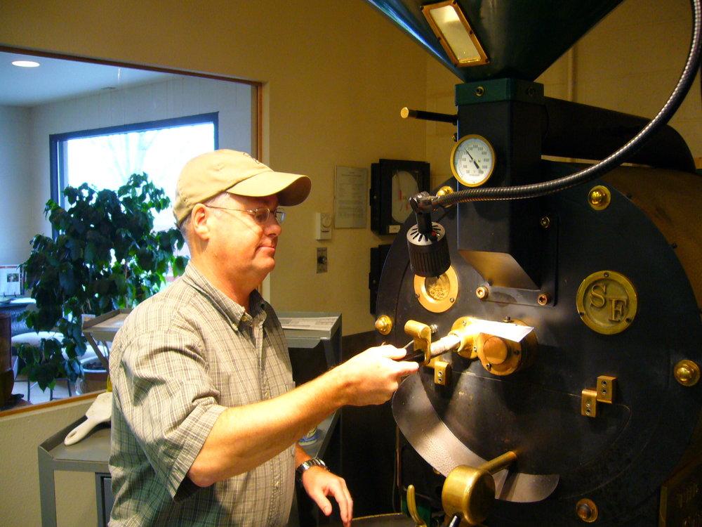 Paul Allen, Mestre de Torra, na Caravan Coffee Roasters, 2005.