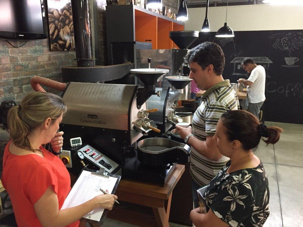 Turma de Coffee Hunters 2016 torrando cafés para avaliação sensorial.
