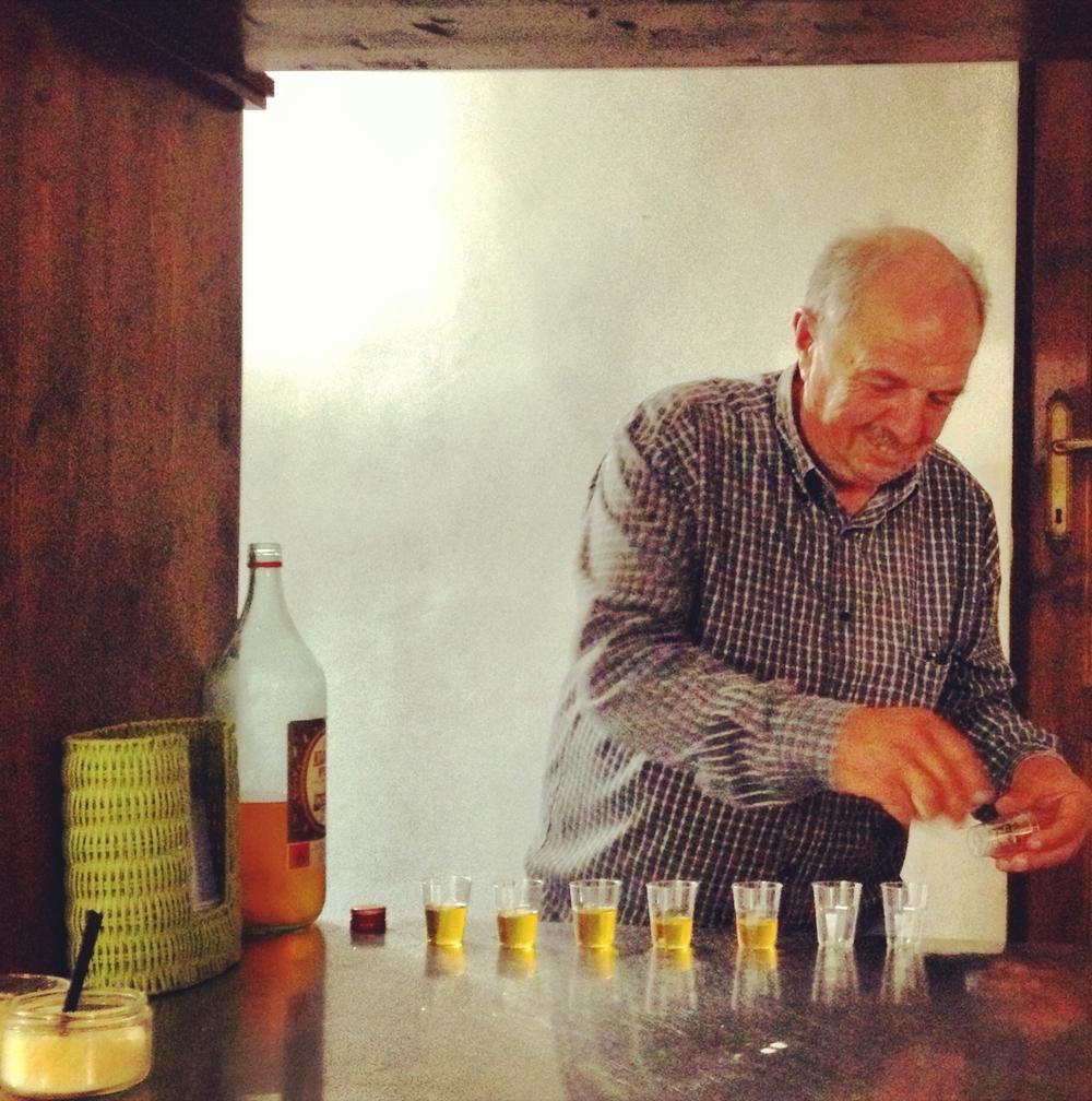 Juniper berry liquor, Santo Stefano di Sessanio, Morso Trave food tour.