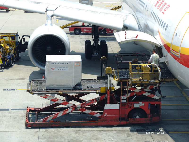 Fresh food cargo gets loaded onto an airplane for shipping around the world.Image:Jamesshliuvia Creative Commons.