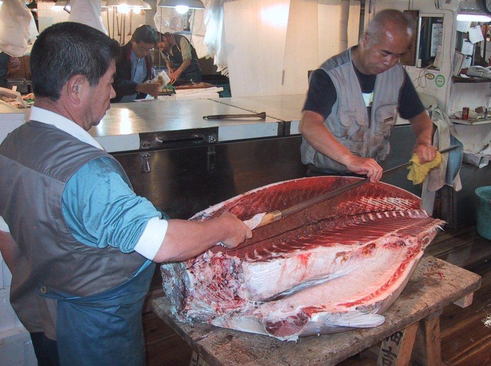 Oroshi hocho tuna knife at the Tsukiji fishmarket.Image:Chris 73via Creative Commons.