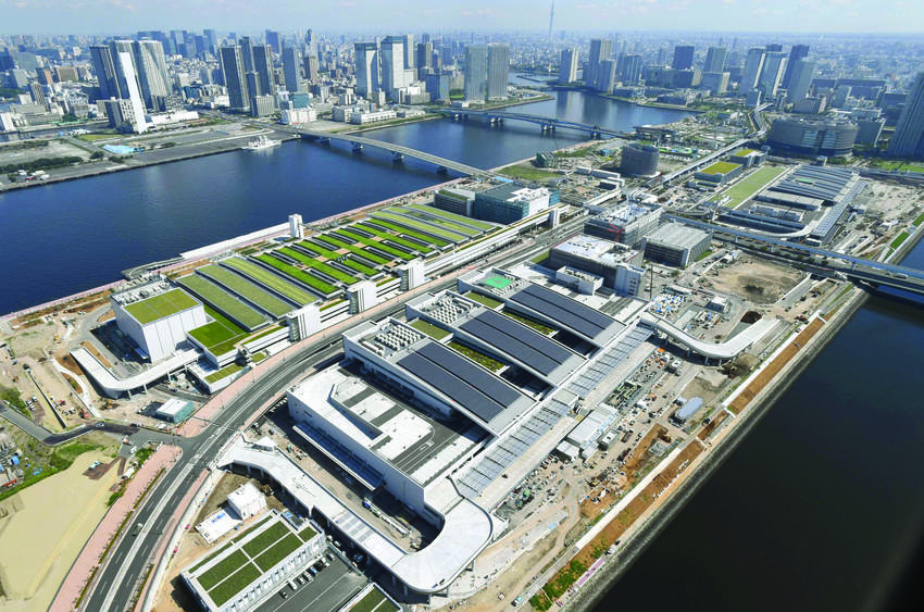 The new Toyosu wholesale food market in Tokyo's Koto Ward, seen from above in July 2016. While the new site is more modern and offers better access to highways and airports, the market's move from Tsukiji to Toyosu has been delayed several times due to concerns about soil contamination from former gasworks on the site. PHOTO:JAPAN TIMES/KYODO