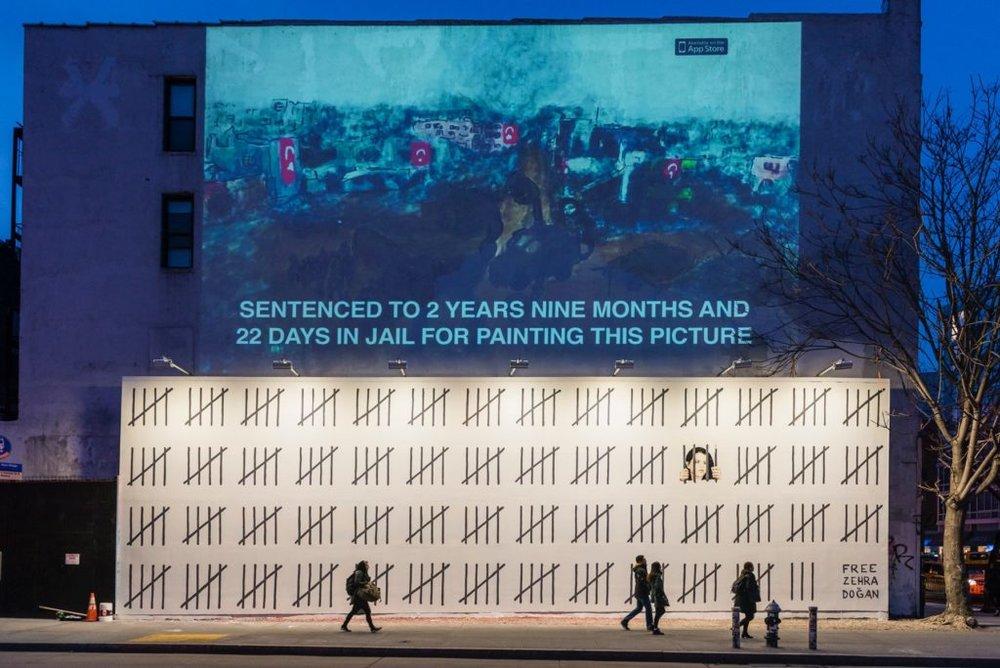 Banksy,  Free Zehra Doğan , 2018. ( https://news.artnet.com/app/news-upload/2018/03/Houston-Bowery-Wall-Banksy-4-1024x684.jpg