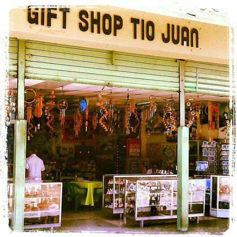 En plena Zona Colonial, en la Plaza de Colón estamos en Gift Shop Tio Juan y Felipe & Co.