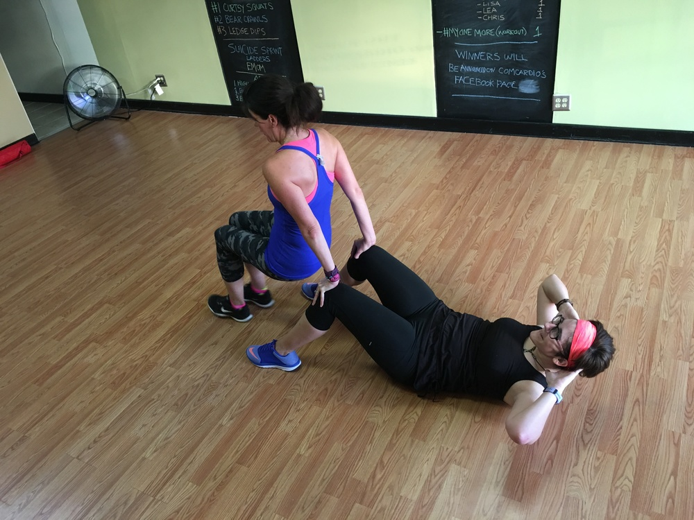 Partner exercise: Crunches, tricep dips