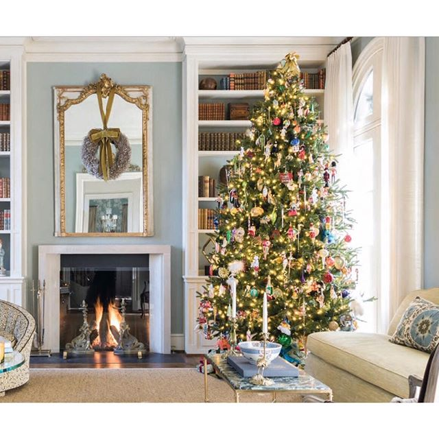 What a lovely room and beautiful Christmas tree!  Via @southernhomemag, this gorgeous space was designed by Dallas interior designer Shelby Wagner. 📷 @michaelhunterphoto . . . . . #christmas #christmastree #christmastree🎄 #christmasdecor #christmasdecorations #christmastrees #interiordesign #interiors #classicdesign