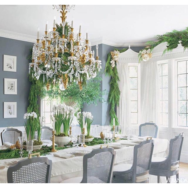 One of my favorite dining rooms ready for Christmas.  This @marymcdonaldinc interior is spectacular, and it's styled beautifully for Christmas — love the paperwhites!  Via @verandamag . . . . . #paperwhites #christmasdecor #interiordesign #christmas #christmasdecorations #christmastable #interiordesigner #interiordecorating #instahome #classicdesign