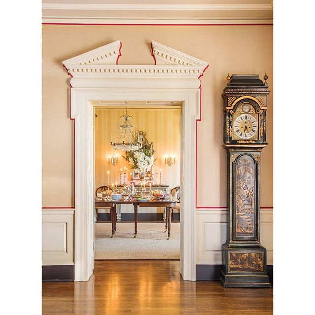 The absolutely gorgeous home of @sra_interiors is holiday perfection.  The red tape trim sets off the classical architectural details beautifully, and the antique, japanned clock is spectacular.  Happy Christmas Eve!  Via @verandamag 📷 @lisaromerein . . . . . #christmasdecor #holidaydecor #interiordesign #interiors #classicdesign #antiques #architecture