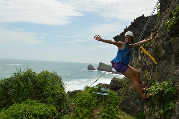 ROCK_CLIMBING_PANTAI_SIUNG._FOTO_VIA_jogjadventuretrip.wordpress.com