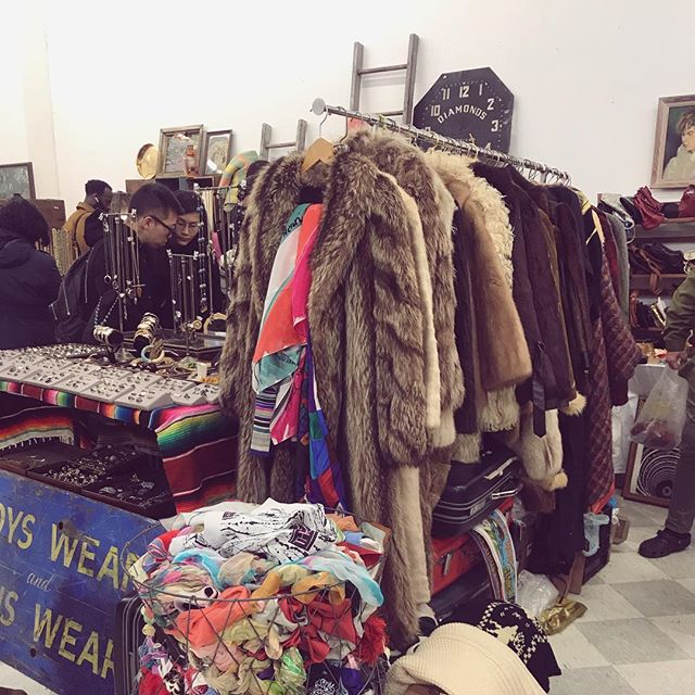 Kind of obsessed with this ridiculously unpredictable life 💯. #thegreatvibesguide @bkflea #shopvintage