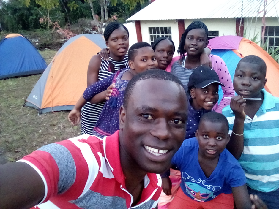 Uncle Knowledge takes a selfie with the children on the trip