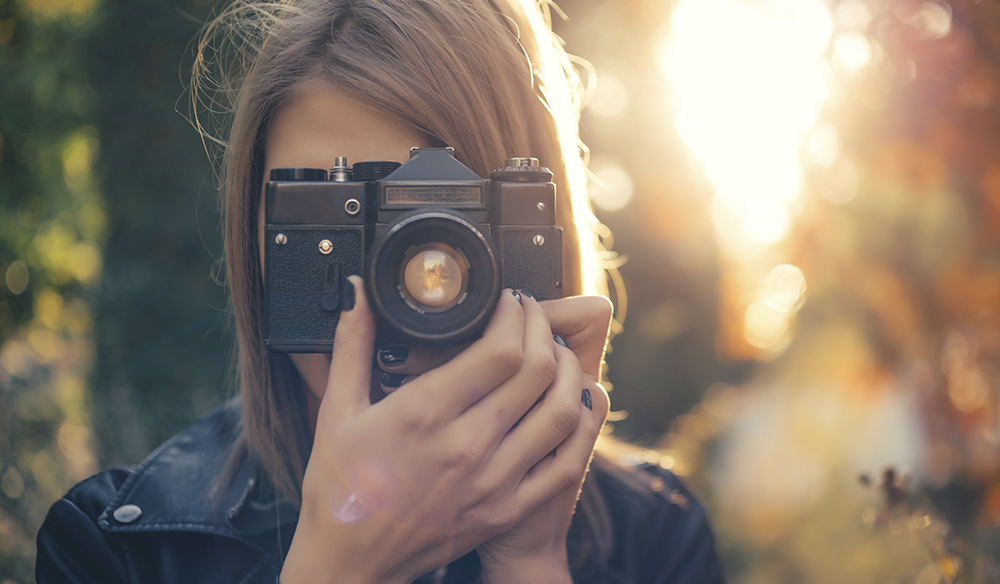 From lenses to post-production tweaks, there are lots of ways to give your footage a vintage look. Capture some old school vibes with these video tips.Giving a Vintage look om your videos.