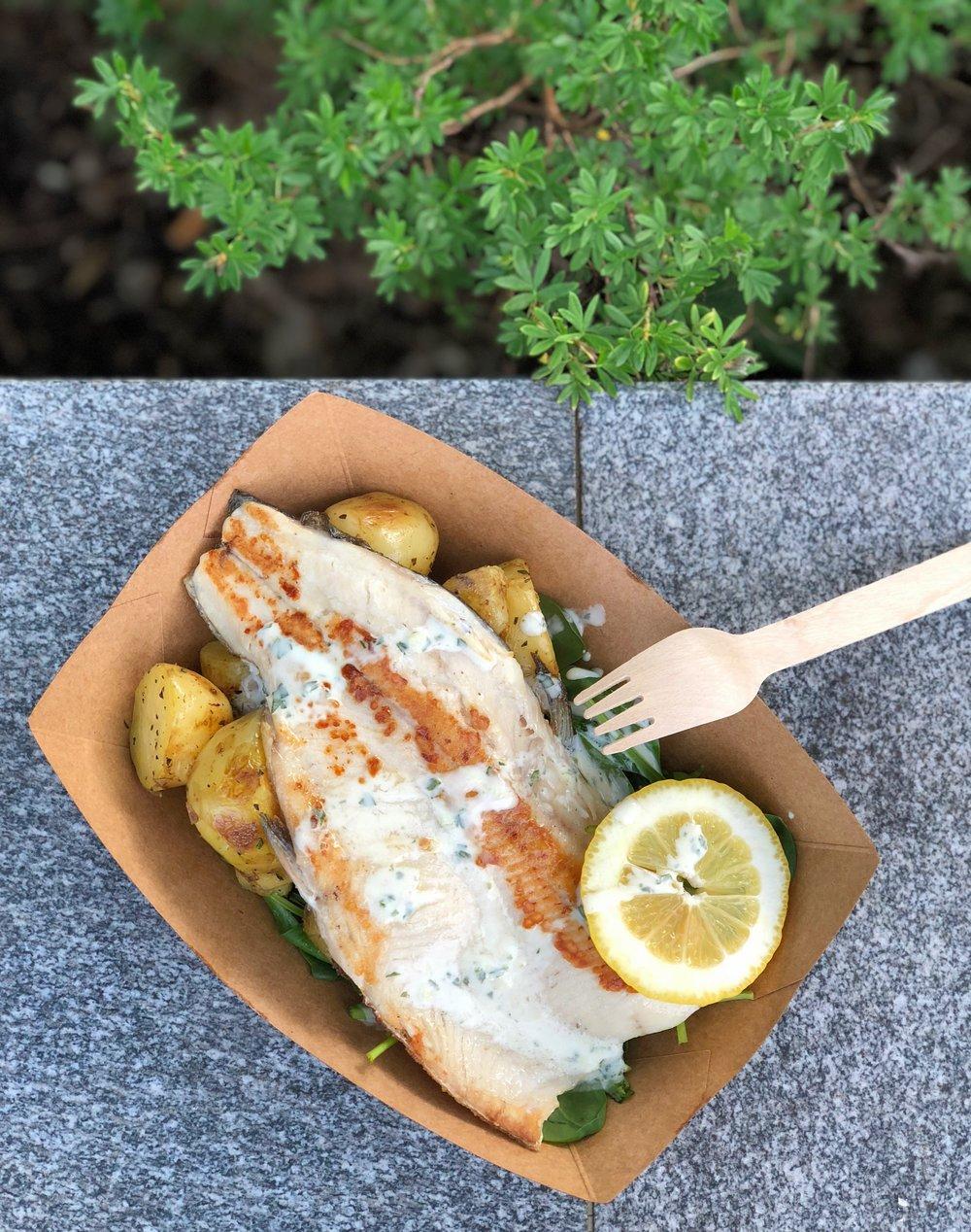 File postrvi s krompirjem, mlado špinačo in peteršiljevo omako