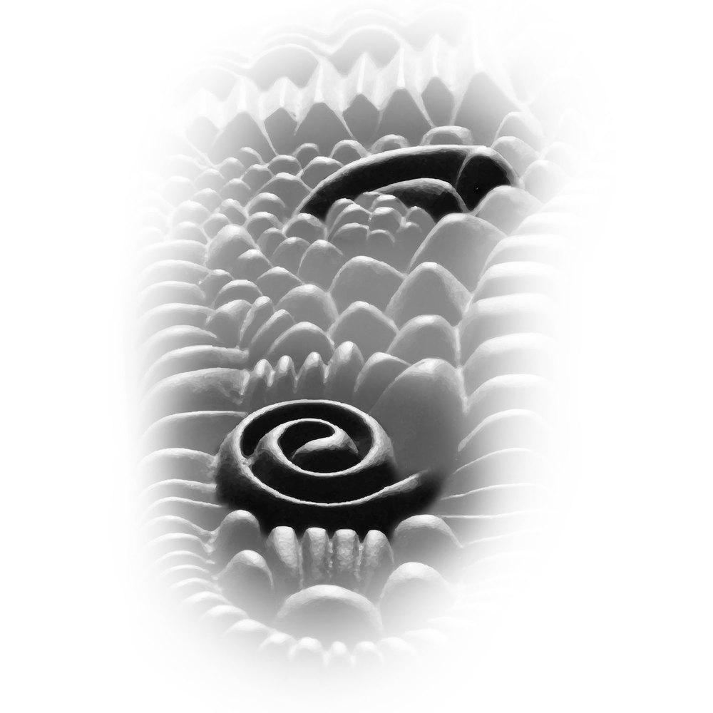 """Hay dos centros en el cuerpo donde se concentra toda la energía: en el pecho (corazón-pulmón) y en el abdomen (riñón-vejiga). Se llaman """"Mar superior de la energía"""" (Zong Qi) y """"Mar inferior de la energía"""" (Dan Tian). El Mar superior es el encargado del descenso de la energía y de los líquidos, y también de la hidratación de la piel y las mucosas. El Mar inferior es origen de todo el Yin Yangdel cuerpo, y se encarga del ascenso de la energía y de los líquidos, y de todas las transformaciones internas. Están comunicados entre sí y armonizan toda nuestra funcionalidad interna. En el acabado del diseño éstos cobran especial relieve con respecto al resto para favorecer una mayor eficacia. Es importante también destacar su equivalencia con dos plexos nerviosos importantes (plexo solar y lumbo-sacro). La regulación de estas dos zonas ha sido el objetivo principal en la realización del diseño, algo que no aparece en otros intentos creativos en este campo."""