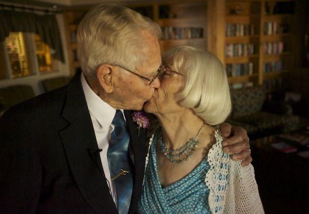 Ele com 97 e ela com 78 anos, casaram-se depois de 5 meses de namoro.