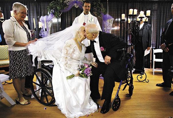 Casamento em um lar para idosos no Reino Unido, no dia em que a noiva completou 100 anos.