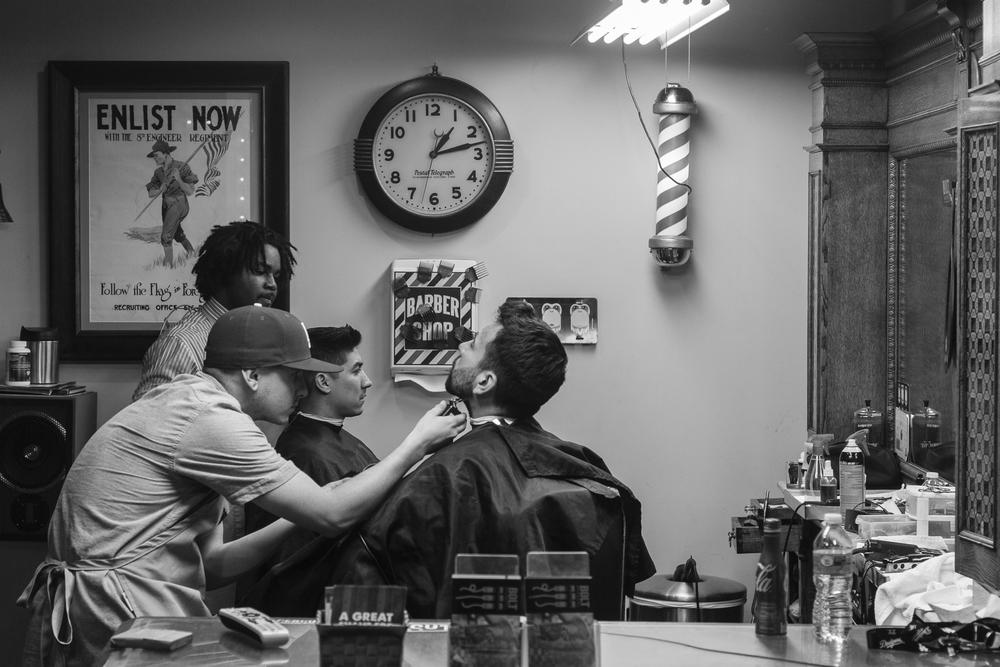 Barber The first time I walked by Barber College, I thought it was funny. Like, hey here's a college I could get into. And it wasn't even as hard as I thought. You use the clippers like a paintbrush that erases. The comb tells the scissors where to cut, if you move your hands right. The main thing is to make the guy in the chair look the way he thinks he ought to look, which is better than when he walked in here.   Barbiere La prima volta che passai L'Istituto per Parrucchieri mi venne da ridere. Ehi finalmente una scuola dove forse riuscirò a prendere bei voti. E non era nemmeno difficile come credevo. Si usa la macchinetta tosatrice come un pennello che cancella. Il pettine indica alle forbici dove devono tagliare, se sai muovere le mani. La cosa importante è fare in modo che il tizio sulla poltrona girevole abbia l'aspetto che crede dovrebbe avere, cioè meglio di com'era quando è entrato