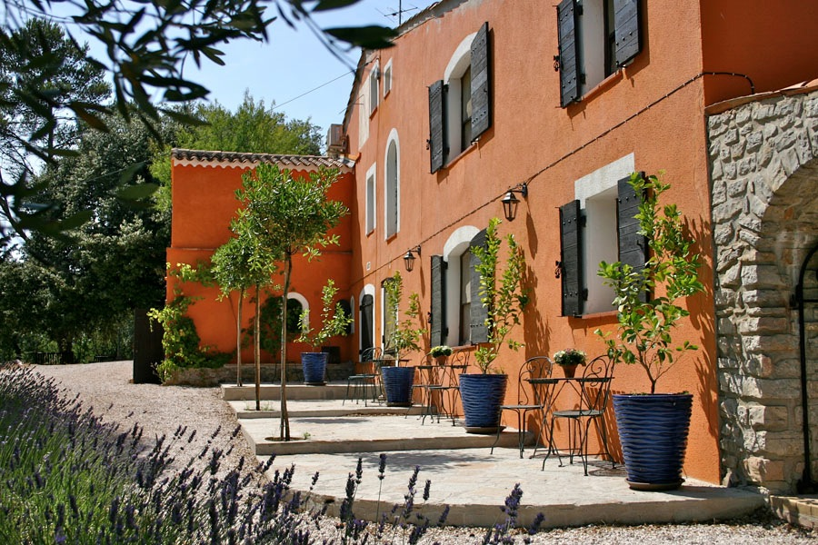 Charming terra-cotta and blue details Bastide Avellanne | EAT.PRAY.MOVE Yoga Retreats | Provence, France