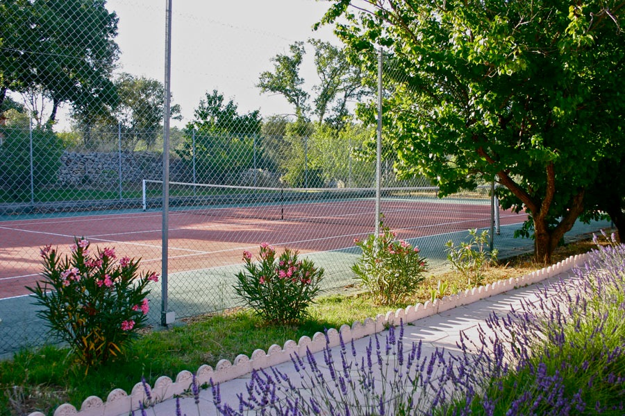 Lavender edged tennis courts Bastide Avellanne | EAT.PRAY.MOVE Yoga Retreats | Provence, France