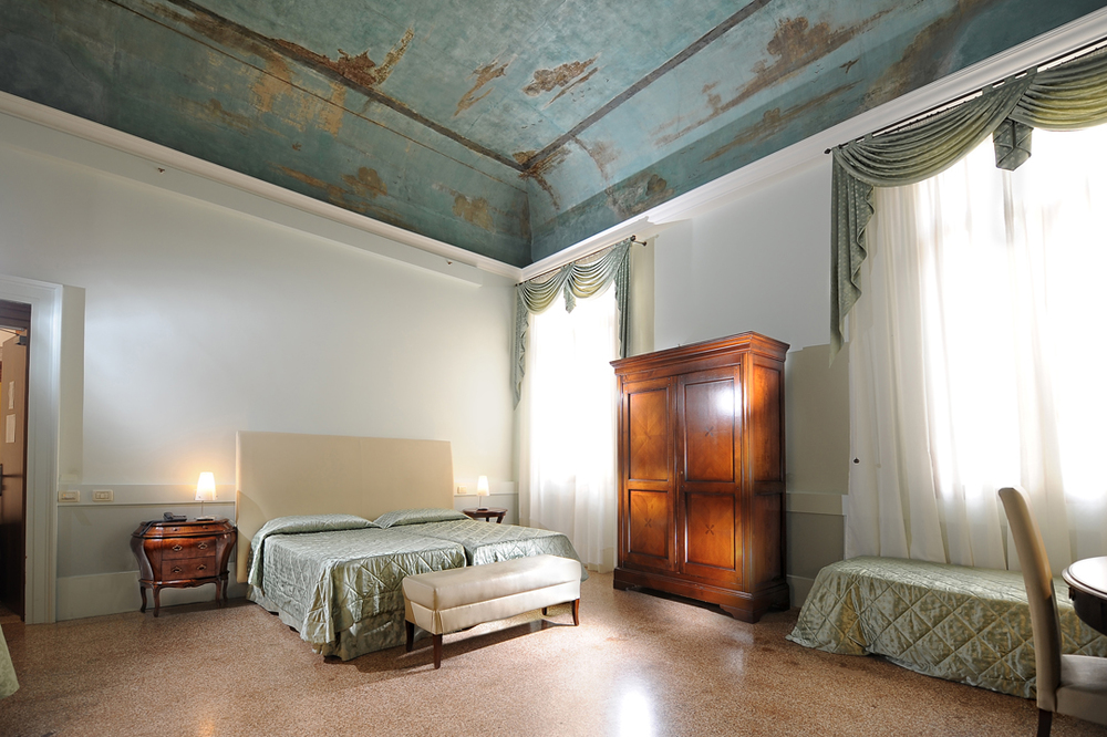 Luxury bedrooms Palazzo Vitturi | EAT.PRAY.MOVE Yoga | Venice, Italy