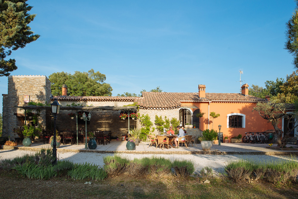 Complete view Bastide Avellanne | EAT.PRAY.MOVE Yoga Retreats | Provence, France