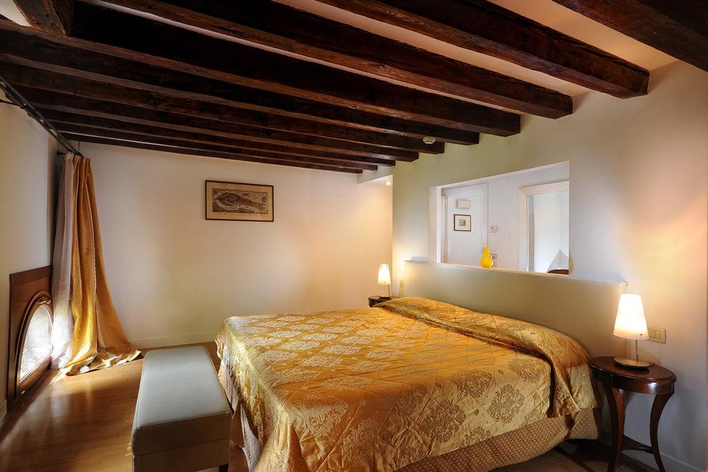 Wooden beams in hotel room Palazzo Vitturi EAT.PRAY.MOVE Yoga | Venice, Italy