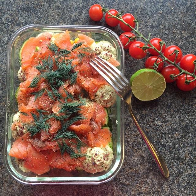 Hibiscus Dinners salat: avocado, røkt laks, syltet løk med lime dressing
