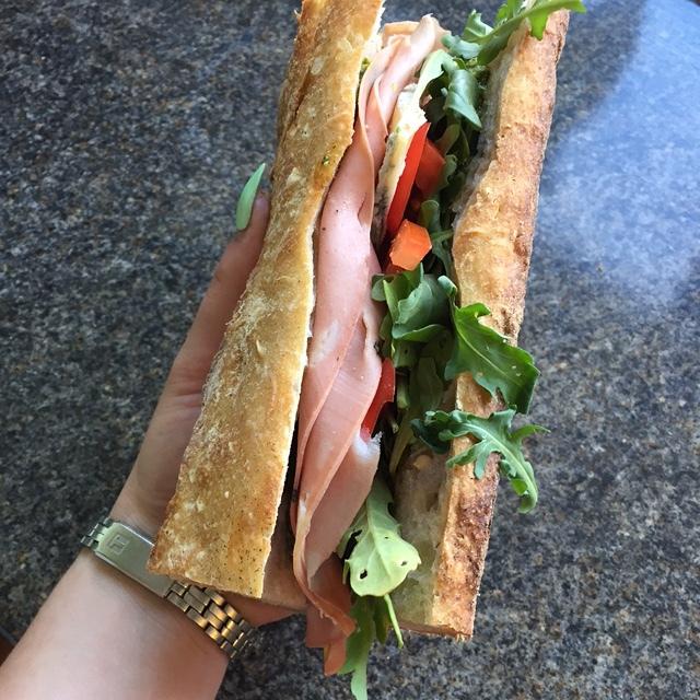 Hibiscus Dinners smørbrød: surdeig brød fra Handwerk, mortadella og gorgonzola