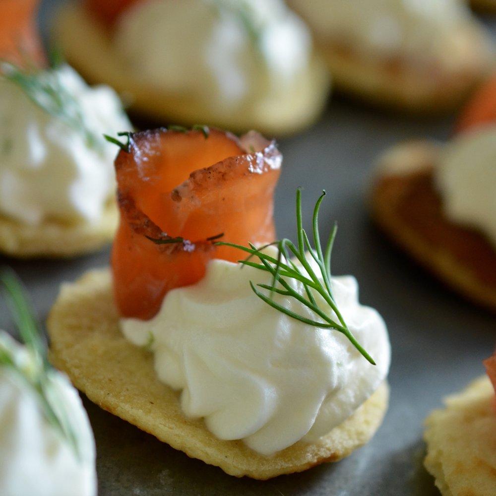 Hibiscus Diners fingermat: hjemmelaget blinis med gravetlaks og lime krem