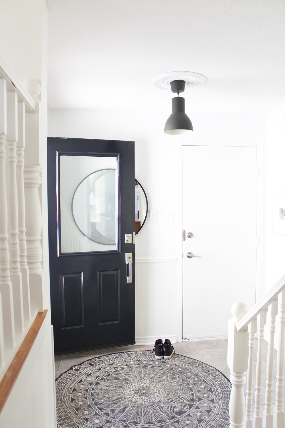 The pattern on this circular rug in the entry way is great and the large mirror is on trend. We do have similar taste and I know we would chat non stop if we were in the same room.