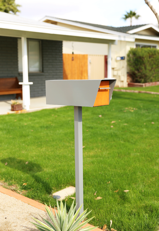 How fun is this mid century style mailbox!