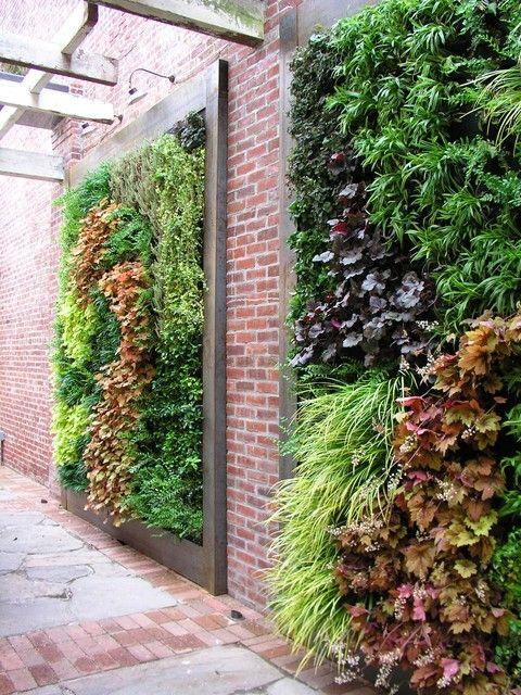 кирпичная и вертикальная стена сада
