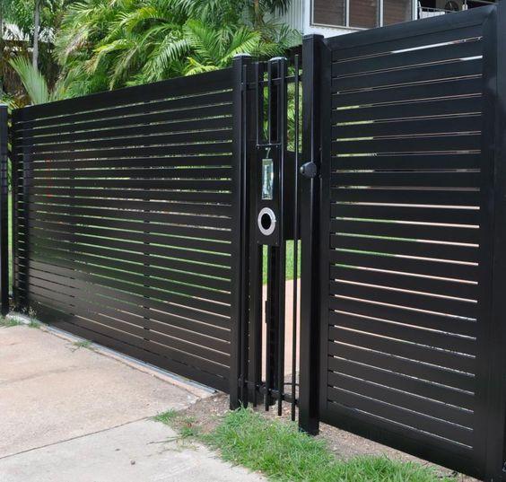 черный железный забор