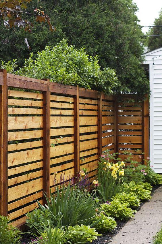 деревянный забор на заднем дворе