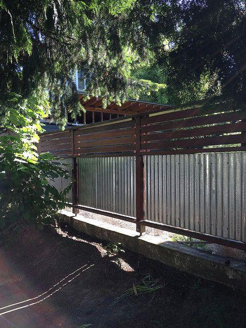 металлические листы и деревянный забор
